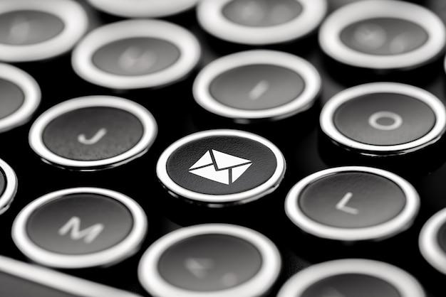 Atendimento ao cliente e entre em contato conosco ícone no teclado retro