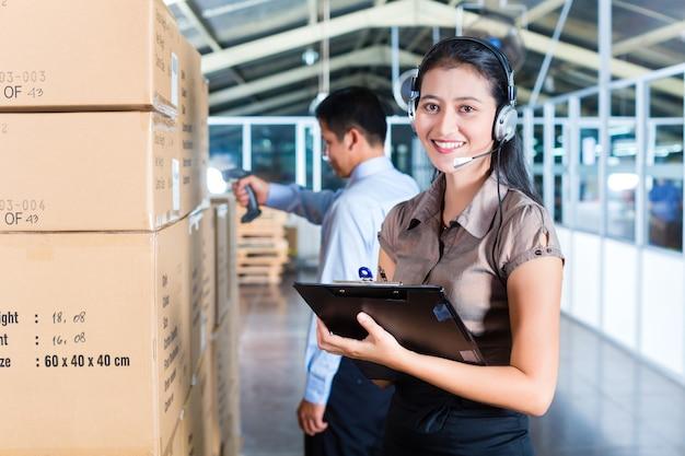 Atendimento ao cliente no armazém de exportação asiático