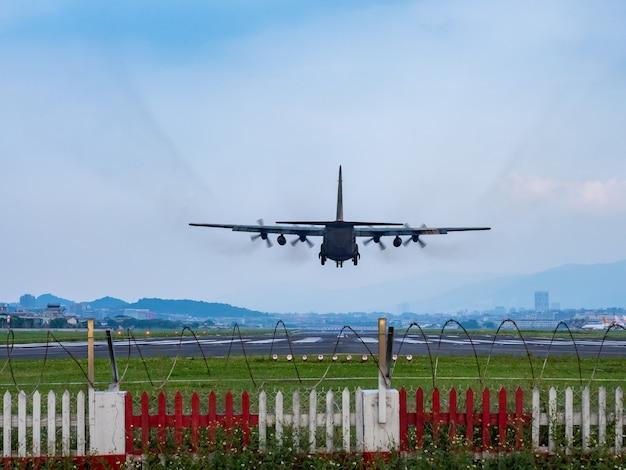 Aterragem de avião em taipei, taiwan.