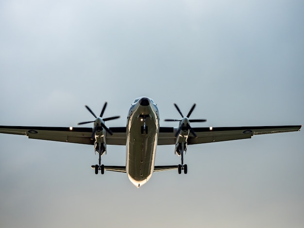 Aterragem de avião na cidade de taipei, taiwan.