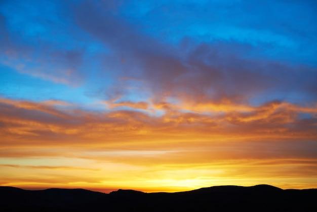 Aterrar com um dramático céu colorido ao pôr do sol