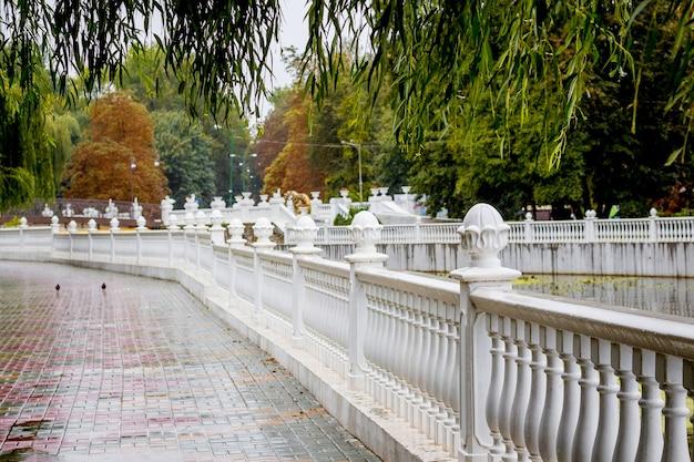 Aterro com cerca no parque da cidade
