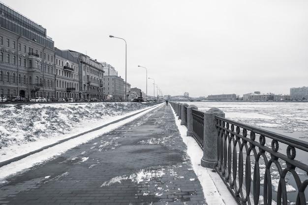 Aterro de inverno vazio em são petersburgo com vista para o n