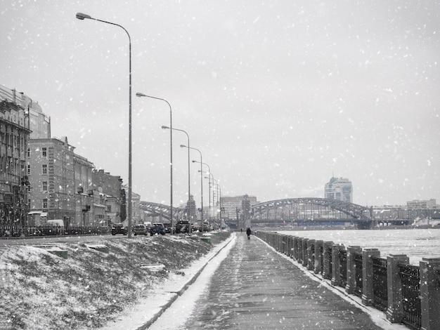 Aterro de inverno vazio em são petersburgo com vista para o rio neva.