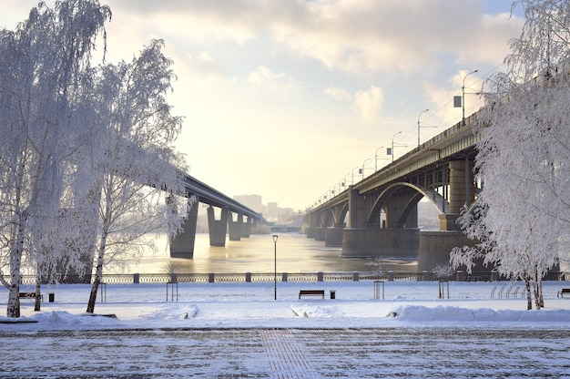 Aterro de michaels na ponte oktyabrsky de inverno e a ponte do metrô sobre o ob