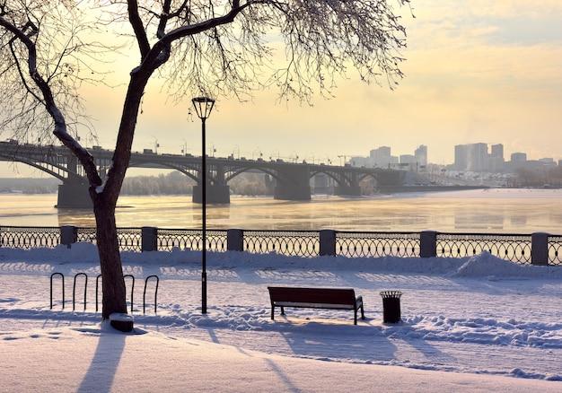 Aterro de michaels no inverno a ponte oktyabrsky sobre o rio ob leva ao distrito de gorsky