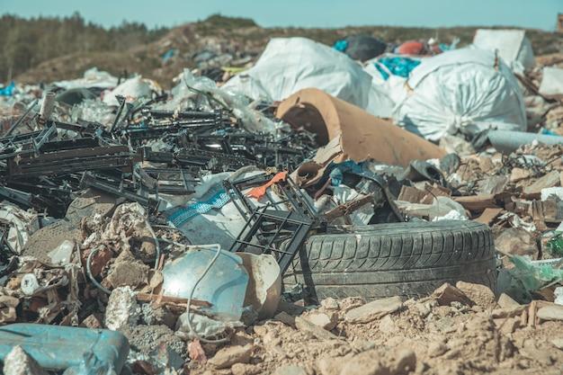 Aterro de resíduos municipais na natureza