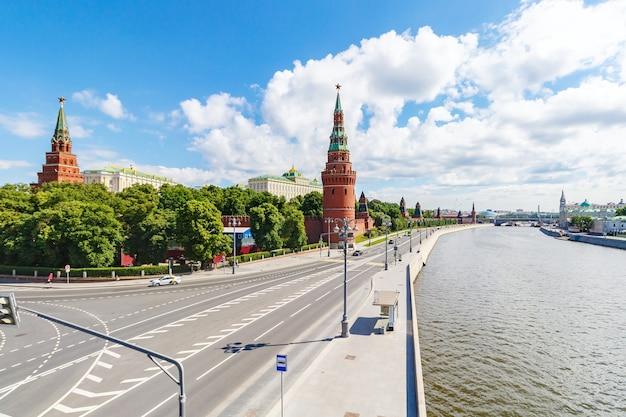 Aterro do kremlin e kremlevskaya de moscou do rio moskva contra o céu azul com nuvens brancas na manhã ensolarada