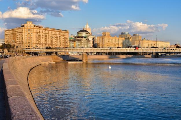 Aterro do rio moskva, moscou na luz dourada, o centro da cidade
