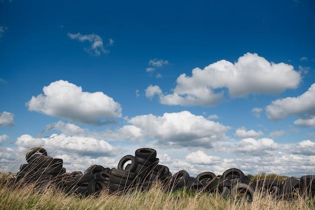 Aterro industrial para processamento de resíduos de pneus e pneus de borracha. pilha de pneus e rodas velhas para reciclagem de borracha