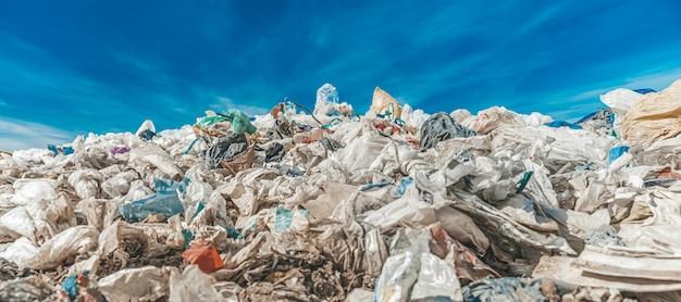 Aterro sanitário de resíduos urbanos na natureza, proteção ambiental, ecologia