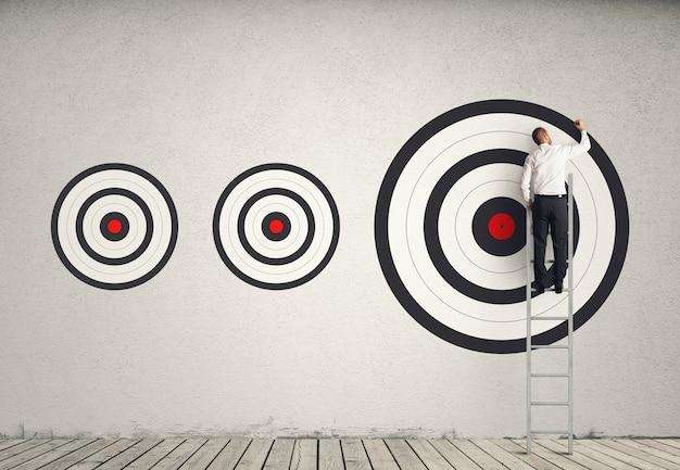 Atingir o maior alvo. atingir objetivos mais importantes no conceito de trabalho Foto Premium