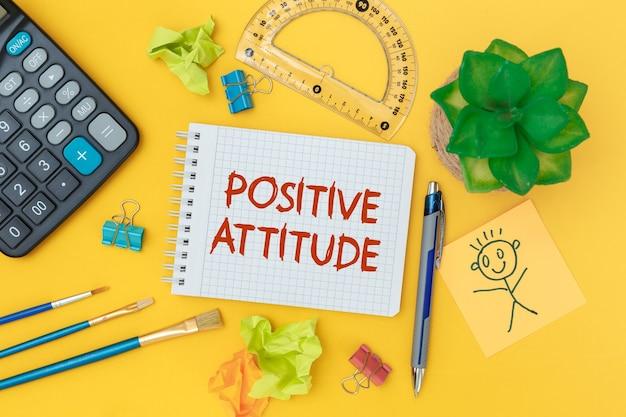 Atitude positiva. citações inspiradoras em notebooks e materiais de escritório