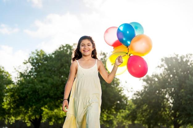 Atividade de balão jogando recreação conceito de criança engraçada