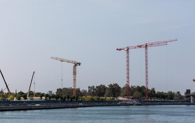 Atividade de construção no centro de dubai, emirados árabes unidos. dubai é a cidade e o emirado mais populoso dos emirados árabes unidos