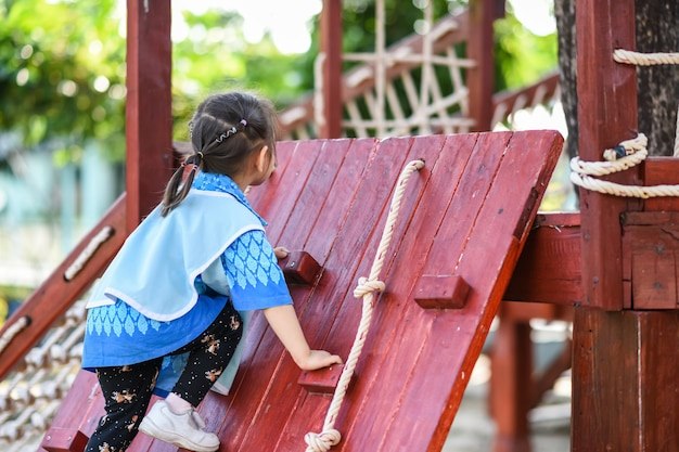 Atividade de criança do jardim de infância no playground