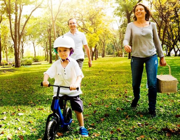Atividade de fim de semana de férias de bicicleta de família