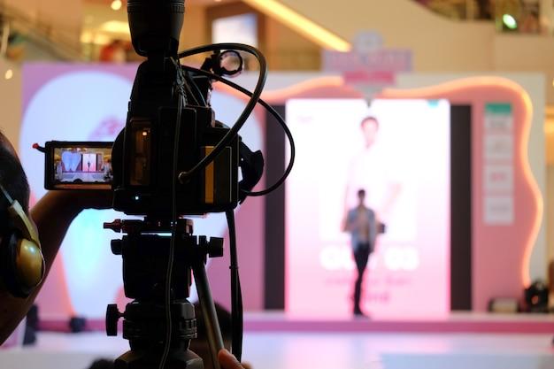 Atividade de gravação de vídeo do fotógrafo no evento no palco