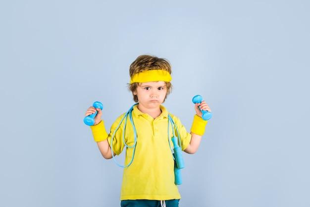 Atividade de infância aptidão saúde e energia esporte aptidão criança menino desportivo com corda de pular e