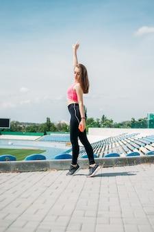 Atividade física de fitness para adolescentes para adolescentes, jovem esportiva, fazendo exercícios, correndo