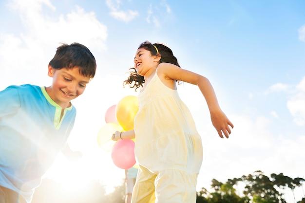 Atividade que joga o conceito engraçado do parque da criança da recreação