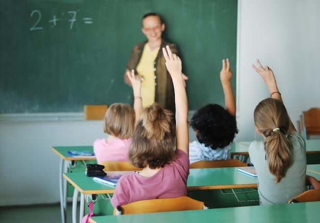 Atividades do aluno na sala de aula na escola