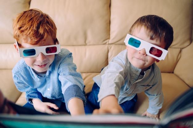 Atividades educativas para crianças em casa. crianças sem escola brincando e lendo com um livro artístico tridimensional. mantenha as crianças ocupadas e experimente novas maneiras de aprender. estilo de vida familiar.
