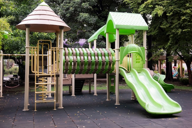 Atividades infantis coloridas em parque público