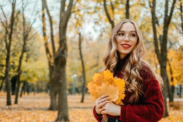 Atividades para o outono feliz, melhorar a si mesmo, maneiras de ser outono feliz e saudável. abrace a vida, felicidade, hábitos alegres, atenção plena, saúde e bem-estar, capacitação, mentalidade no outono
