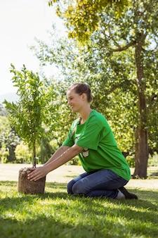 Ativista ambiental a ponto de plantar árvore