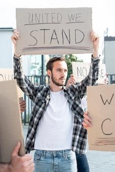 Ativista de pé junto com manifestantes