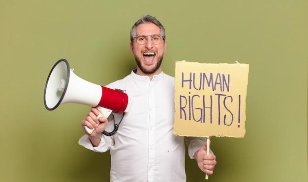 Ativista do homem de meia-idade. conceito de direitos humanos