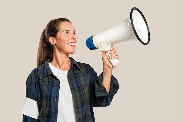 Ativista feminina com megafone e espaço de design