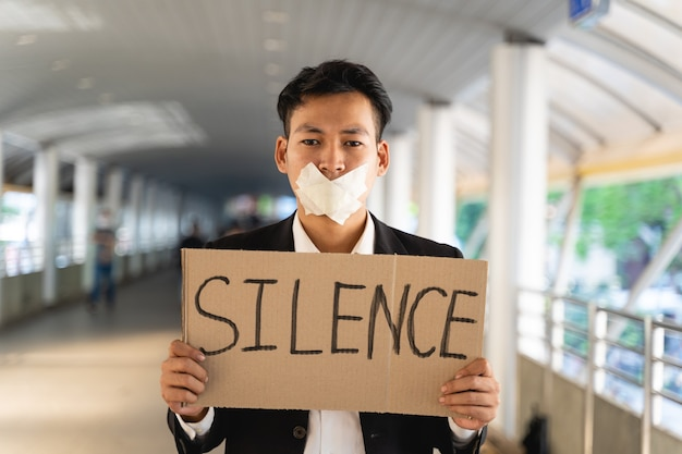 Ativistas asiáticos com faixas protestando pela democracia e igualdade