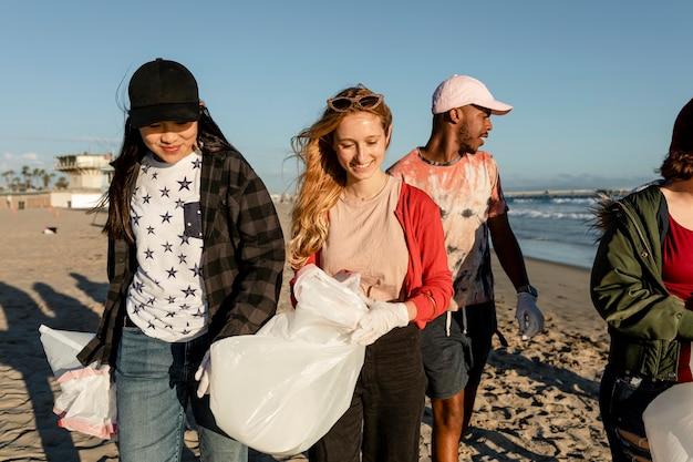 Ativistas ecológicos adolescentes se voluntariando para catar lixo