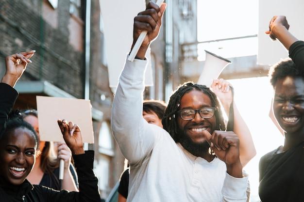 Ativistas felizes marchando pela cidade