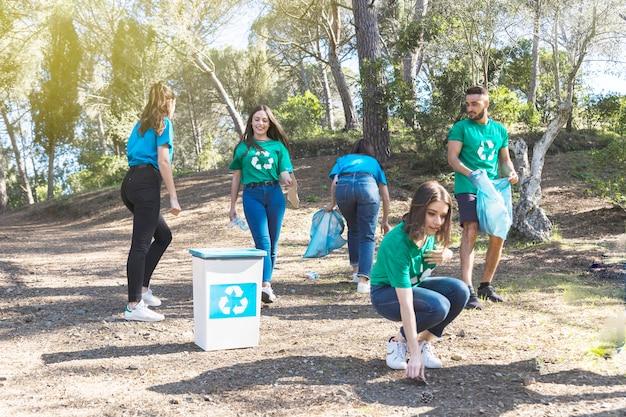 Ativistas pegando lixo no bosque
