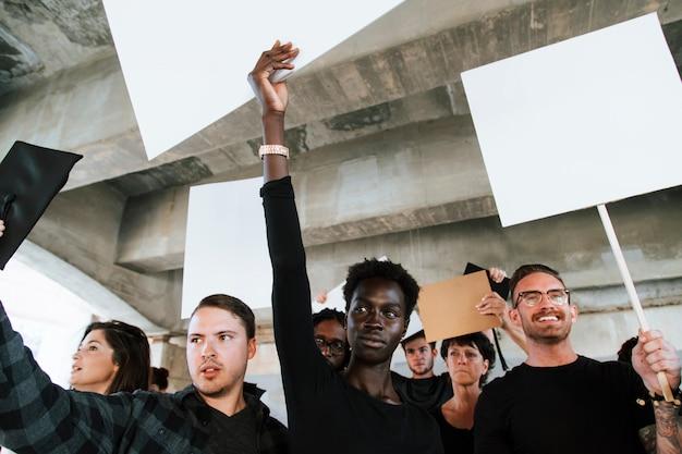 Ativistas zangadas protestando em uma cidade