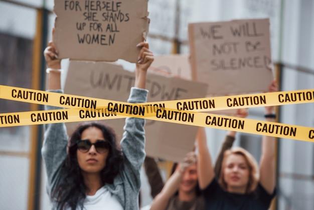 Ativo e enérgico. grupo de mulheres feministas protestam por seus direitos ao ar livre