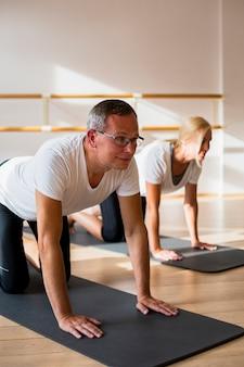 Ativo homem e mulher fazendo exercícios