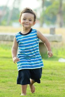 Ativo menino sorrindo e correndo