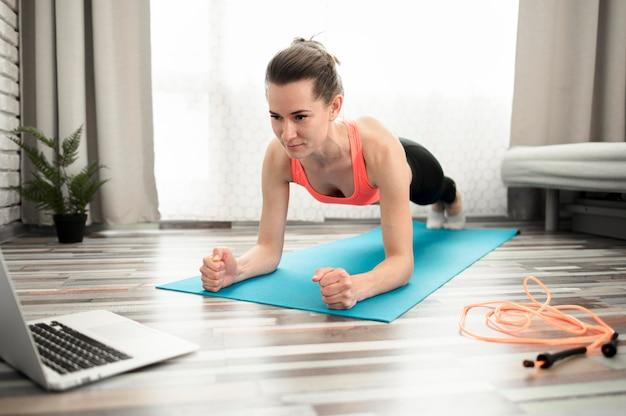 Ativo mulher exercitando athome