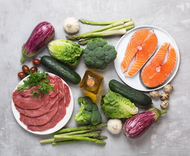 Atkins diet ingredientes alimentares em fundo de concreto, conceito de saúde, vista superior, plana leigos