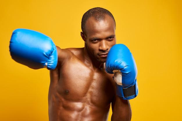 Atleta afro-americano de boxe em luvas de boxe