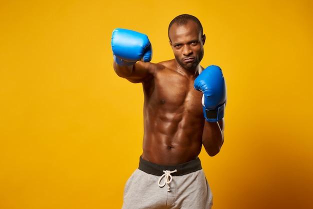 Atleta afro-americano que encaixota em luvas de encaixotamento.