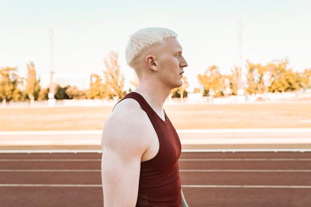 Atleta albino homem em pista de corrida