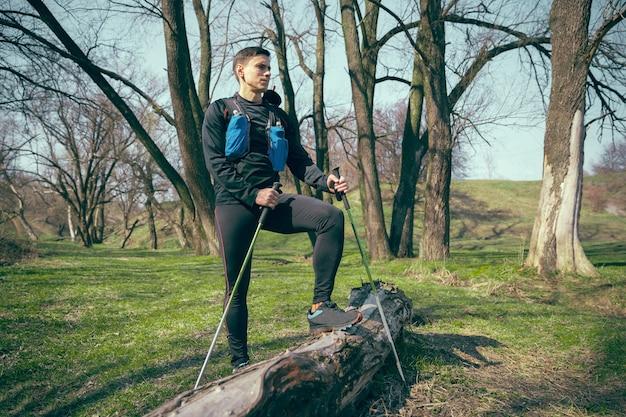 Atleta apto masculino caminhando ao ar livre na natureza.