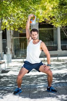Atleta atraente com um kettlebell