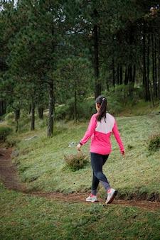 Atleta caminando en el bosque depois de correr en el bosque