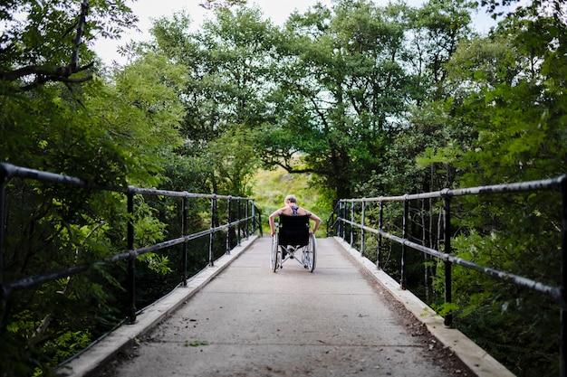 Atleta com deficiência em cadeira de rodas
